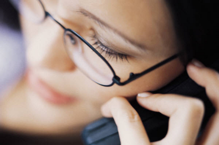момиче с телефон
